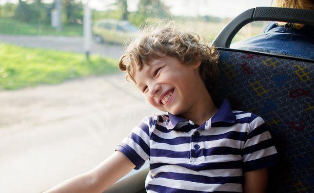 Naapurinpoika paljasti isänsä vessatavat kaikille bussin matkustajille.