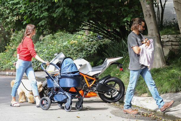 Cooper kantoi pariskunnan vauvaa Shaykin työntäessä lastenrattaita.
