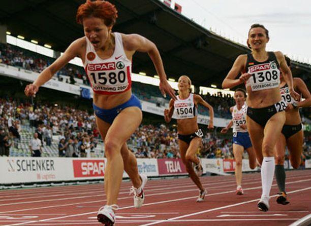 Venäjän Inga Abitova (vas.) oli vahvin kirikamppailuksi muodostuneella naisten 10 000 metrillä.