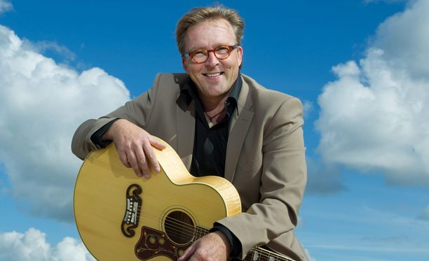Joel Hallikaisen nimikkolevy on Suomen kaikkien aikojen viidenneksi myydyin albumi. Hänen tunnetuimpia kappaleitaan on Kuurankukka.