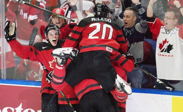 Jäällä kanadalaiset osasivat vielä juhlia.