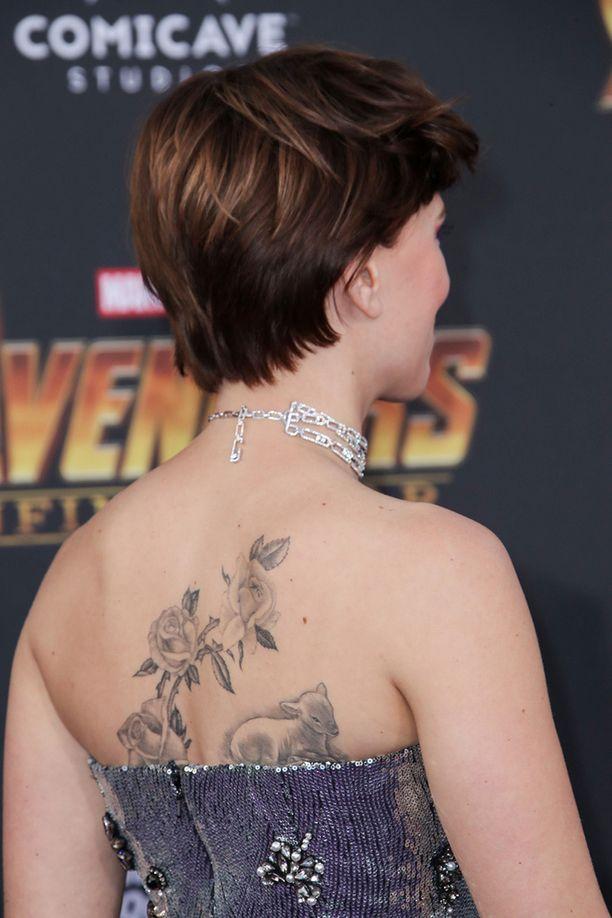 Scarlettin puku paljasti tähden ison selkätatuoinnin: ruusuja ja lammas.