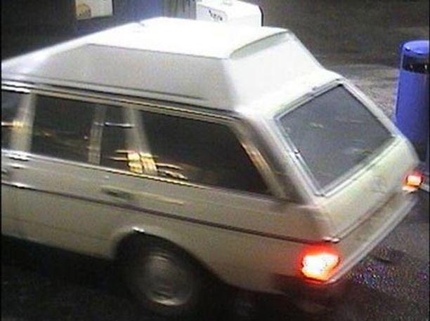 ERIKOINEN AUTO Poliisi epäilee, että ryöstäjät liikkuivat tällä vanhanmallisella korotetulla Mercedes Benzillä.