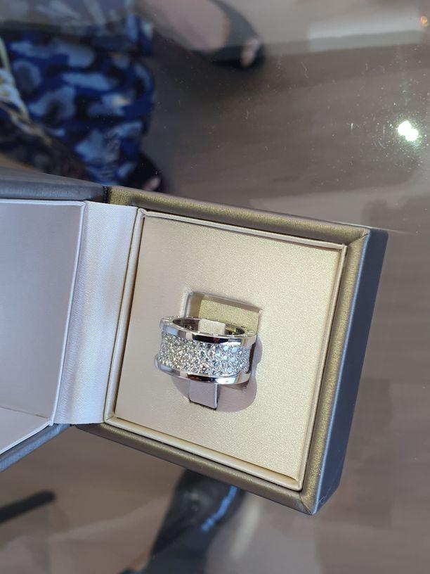 Nadjan timanttisormus on valkokultaa ja Bulgarin muotitalon kokoelmasta.