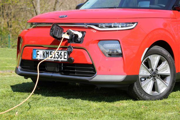 Kia e-Soul tulee Suomen sähköautomarkkinoille ensi vuonna. Latauspistokkeet ovat etupuskurissa. Led-valot ovat hämmästyttävän matalat.