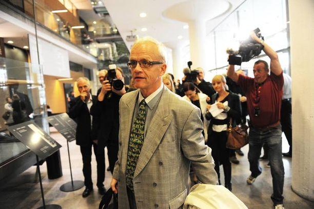 Jukka Vihriälä valitsi itse muotokuvansa maalaajaksi Soile Yli-Mäyryn. Kuvassa Vihriälä poistuu Helsingin käräjäoikeudesta. Vihriälä sai myöhemmin hovioikeudessa kahdeksan kuukauden ehdollisen vankeustuomion lahjuksen ottamisesta. Syyttäjä valitti tuomiosta.