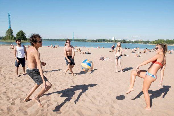 Turistit nauttivat hellepäivästä Helsingin Hietarannan uimarannalla kesällä 2015.
