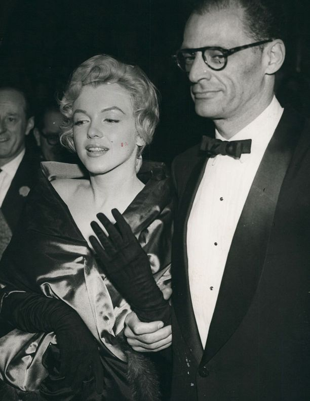 Marilyn Monroe osallistui näytelmäkirjailijamiehensä Arthur Millerin komedian ensi-iltaan vuonna 1958.