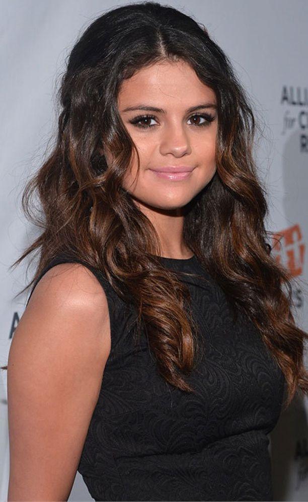 Selena Gomezkin onnistuu kihartamaan hiuksensa.