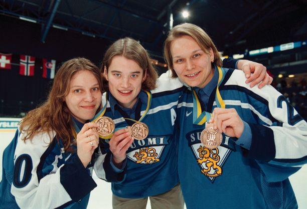 Sari Fisk, Kirsi Hänninen ja Petra Vaarakallio esittelivät pronssimitaleitaan Espoossa keväällä 1999.