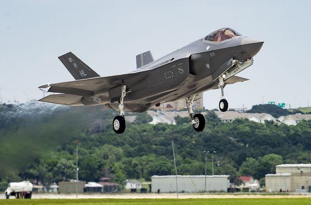 Järjestyksessään 400. F-35-hävittäjä nousee ilmaan Lockheed Martinin tehtaalta Texasin Forth Worthissa.