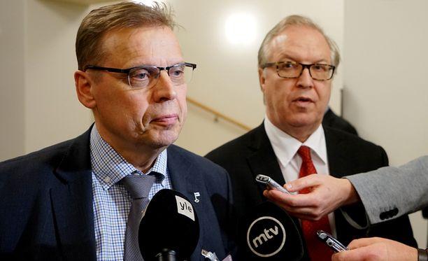 SAK:n puheenjohtaja Lauri Lyly ei ollut kovin luottavainen poistuessaan keskustan puheenjohtajan Juha Sipilän ja työmarkkinajärjestöjen yhteisestä neuvottelusta maanantaina. Vieressä ammattiliitto Akavan puheenjohtaja Sture Fjäder.