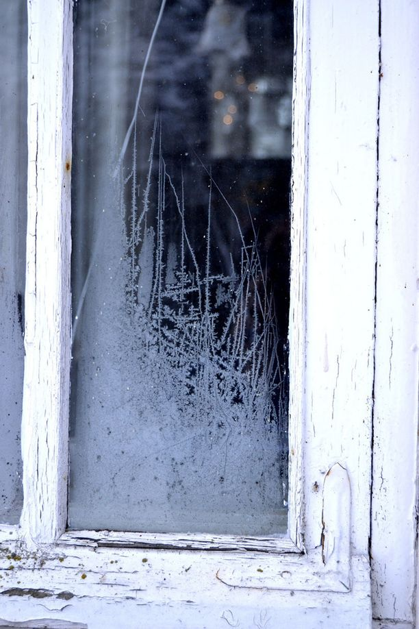 Lapsuuden kodin huurteinen ikkuna