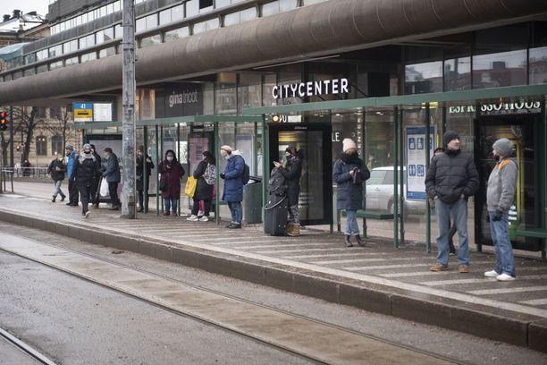 Lukuisat sairaanhoitopiirit tyrmäävät ajatuksen rokotusten painottamisesta muun muassa Husin alueelle. Kuva Helsingin keskustasta.
