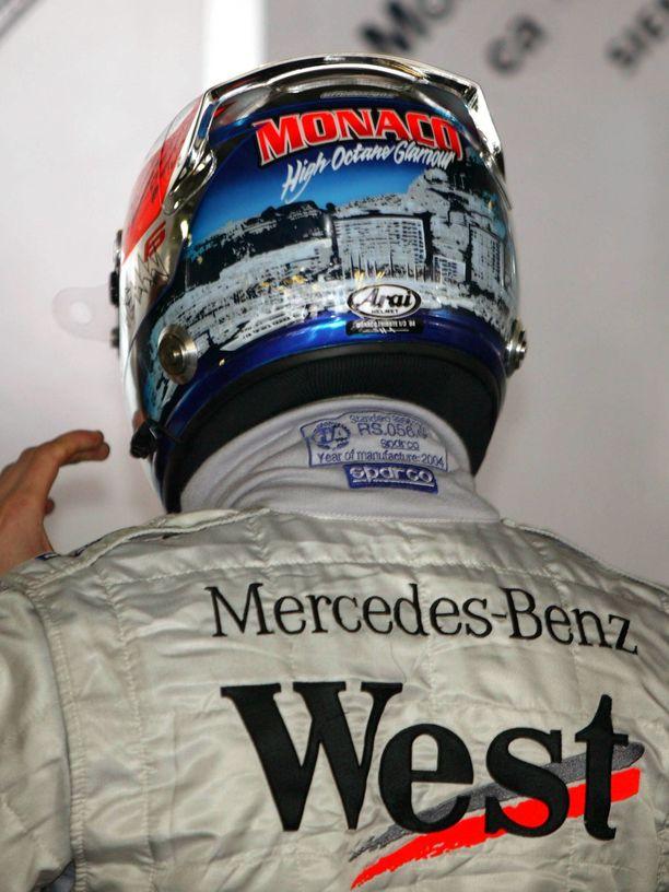 """Vuoden 2004 Monacon GP:hen Kimi Räikkösen kypärään oli ikuistettu ruhtinaskunnan tutut maisemat ja teksti """"high octane glamour"""" - korkeaoktaanista glamouria."""