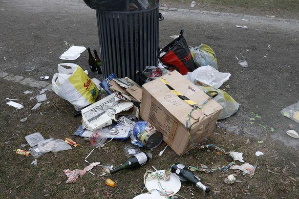 Kaikki jäte ei mahtunut roskiksiin. Osa juhlijoista oli tuonut roskansa kuitenkin roskakorien läheisyyteen. Puistossa ja keskustassa lojui paljon lasipulloja, joita pullonkerääjät tai juhlijat eivät huolineet mukaansa.