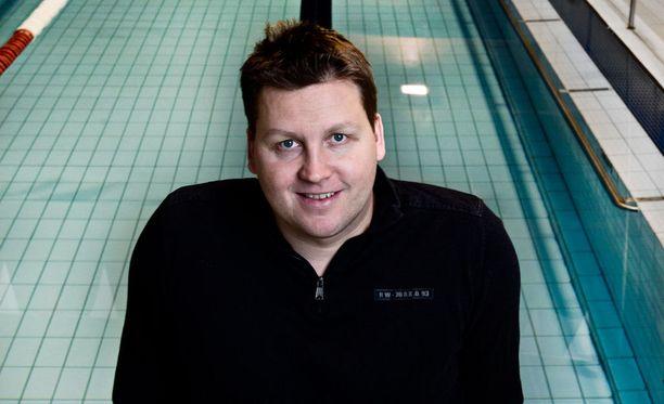 Jani Sievinen viihtyy yhä uima-altaan luona.