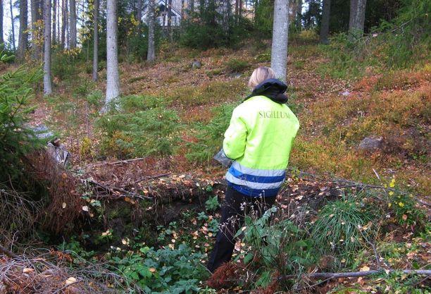Tutkimusavustaja Inga Nieminen perunakellarin pohjassa, joka on kaivettu keskelle rautakautista asuinpaikkaa.