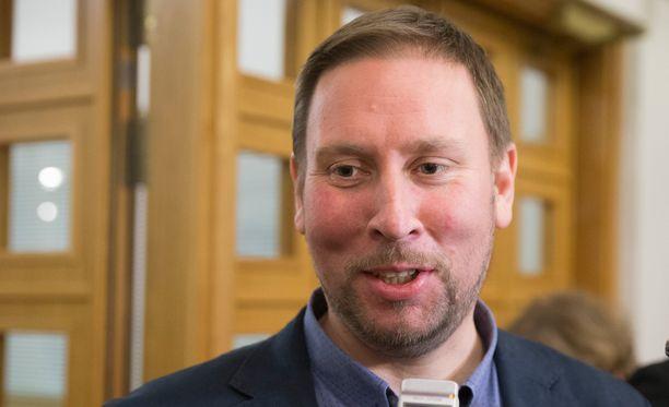 """EU- ja ETA-maiden ulkopuolelta tuleville opiskelijoille langetettavia lukukausimaksuja Arhinmäki kuitenkin kritisoi """"erittäin huonoksi päätökseksi""""."""