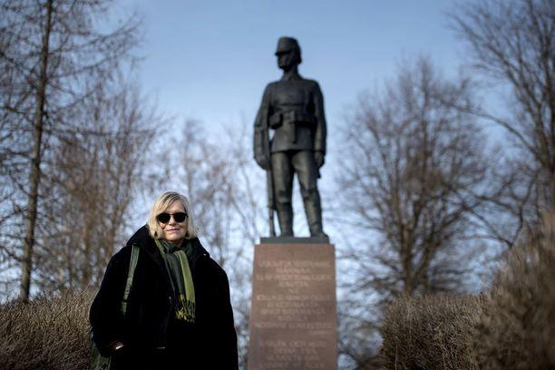 Sirpa Rautio valittiin ensimmäisenä naisena kunnanjohtajaksi vuonna 1976. Vuonna 1978 hän oli ensimmäinen naiskunnanjohtaja, joka jäi äitiyslomalle. Nykyisessä kotikaupungissaan Vaasassa, Lauri Leppäsen Jääkäripatsaan äärellä, hän muistuttaa, että 1970-luvulla rakennettiin 100 vuotta täyttänyttä hyvinvointi-Suomea.
