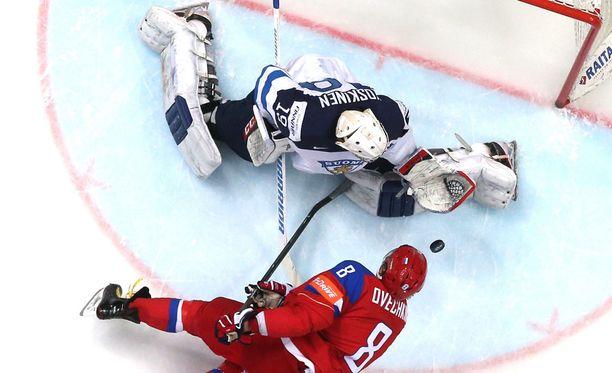 Mikko Koskinen pysäytti Aleksandr Ovetškinin läpiajon. Venäjän 3-1 voittanut Suomi pelaa huomenna MM-finaalissa.