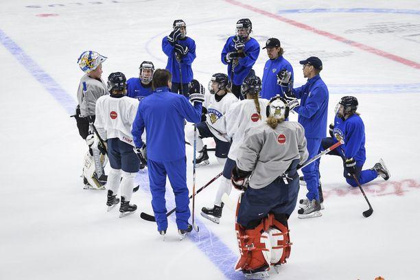Suomen naisten jääkiekkomaajoukkue harjoituksissa Espoon Metro Areenalla MM-kisoissa 2019.