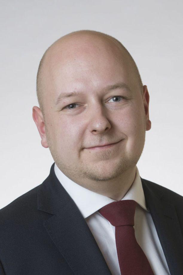 Kansanedustaja Joona Räsänen (sd) ihmettelee, miksi valtiovarainministeri Petteri Orpo (kok) paheksuu rahaa, jonka hän itse hyväksyi.