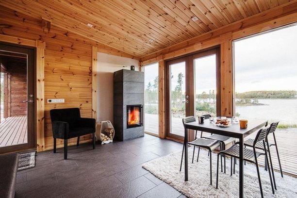 Tämä mökki on kaikista hintavin 197 000 luksusmökin hinnallaan. Vähistä neliöistä huolimatta samaan pikkurakennukseen mahtuvat niin asuintilat kuin saunakin.