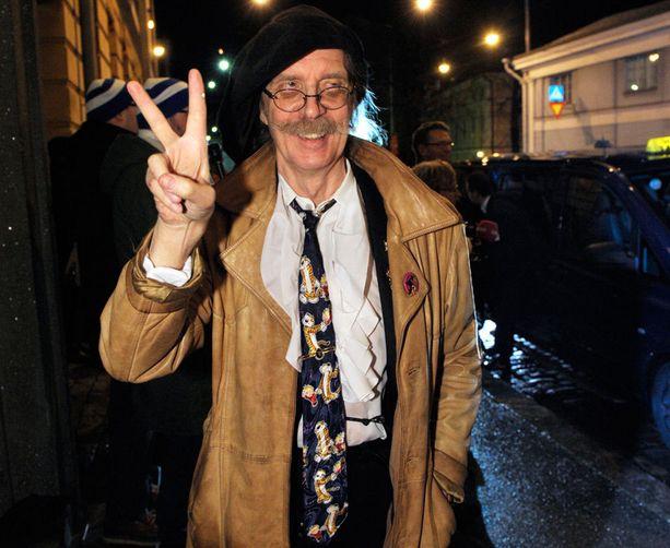 Veltto Virtanen kantoi ylpeydellä 80-luvulta olevaa piraattisolmiota.