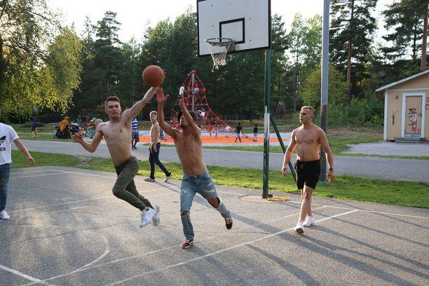 Varissuolla on paljon nuoria, jotka kokoontuvat alueen urheilualueilla.