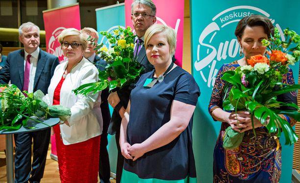 Tulevan perheministerin Annika Saarikon (toinen oikealta) mukaan kuntien päivähoitokustannukset nousisivat kestämättömällä tavalla, jos kotihoidontuki lakkautettaisiin. Kuvassa keskustan ministerit puoluevaltuuston kokouksessa keväällä 2015.