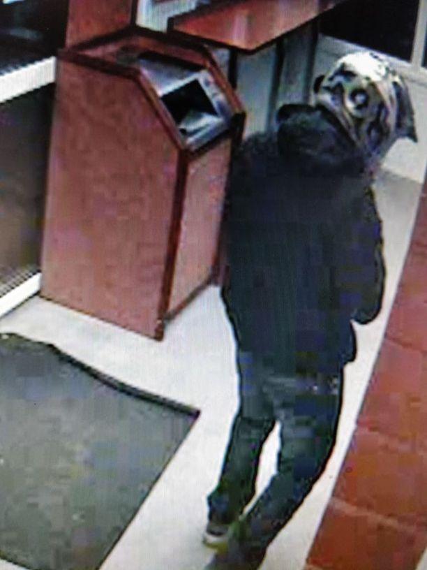 Epäilty tallentui valvontakameran kuviin.