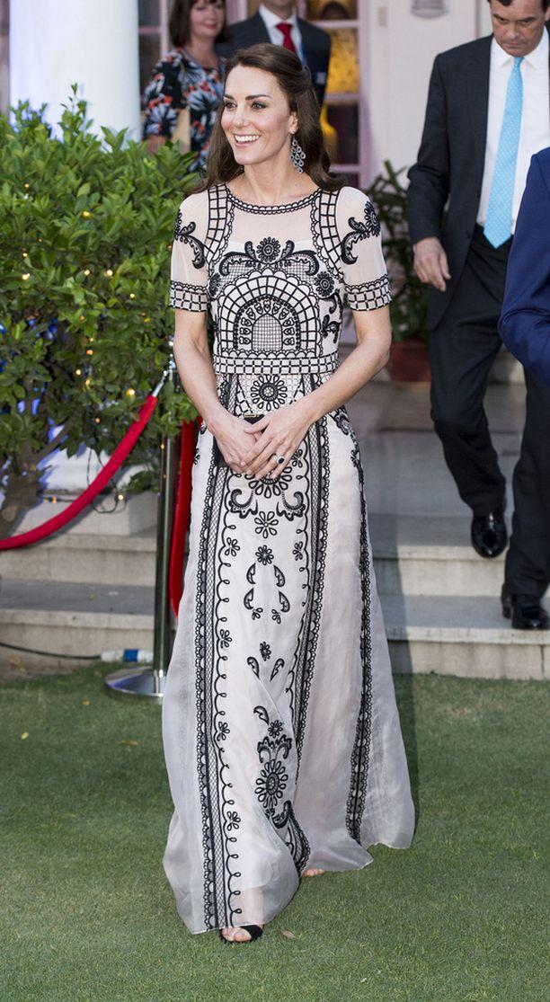 Kuningatar Elisabetin 90-vuotis syntymäpäivien kunniaksi järjestettyihin puutarhajuhliin Catherine oli pukeutunut mustavalkoiseen, lähes 5000 euron hintaiseen silkkiasuun.