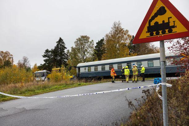 Autoilijoita varoitetaan junista ennen tasoristeystä. Liikennevaloja tai puomeja paikalla ei ole.