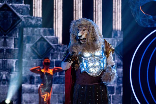Panelistit arvuuttelevat Leijonan oikeaa henkilöllisyyttä.