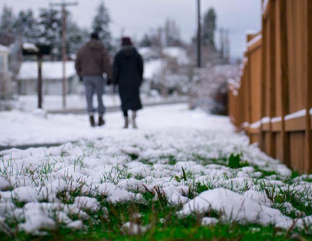 Jalkakäytävillä ja autoteillä voi olla liukasta sulavan lumen ja sen pakastumisen takia. Kuvituskuva.