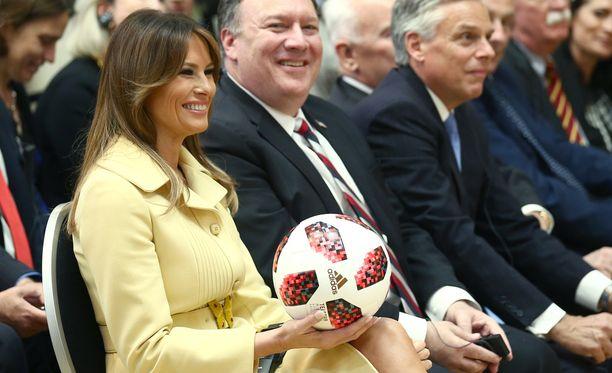 Trump heitti pallon tiedotustilaisuutta seuranneelle vaimolleen Melanialle.