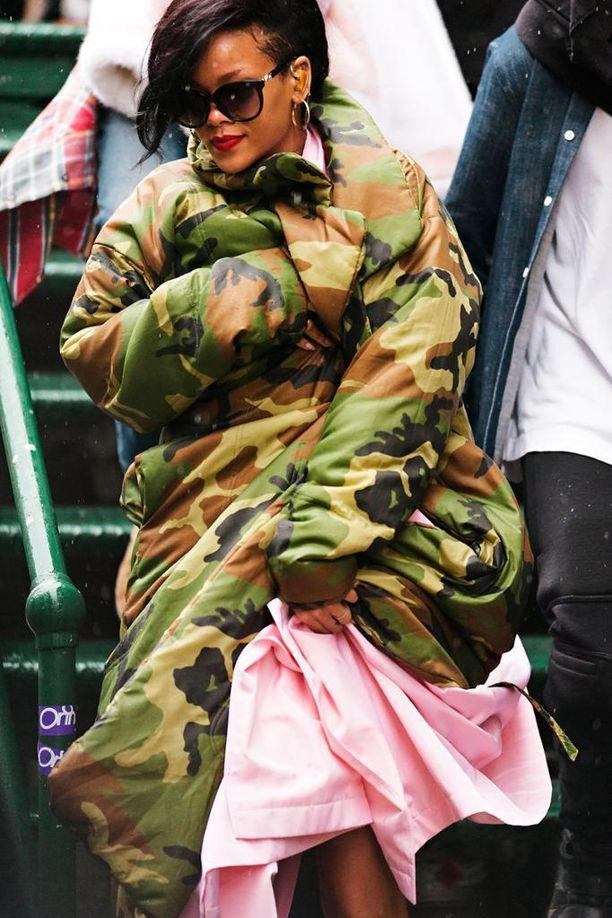 Ripaus vaaleanpunaista tasapainottaa maastokuosin armeijahenkisyyttä. Rihannan väljä parka näyttää erittäin lämpimältä.