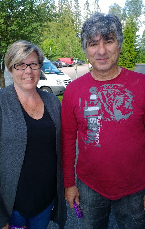 Maarit ja Georgios Karpathakis muuttivat Tampereelle pakoon Kreikan talousongelmia vuonna 2011. He ovat huolissaan Rodoksen lääkepulasta, mikä vaikuttaa sukulaisten elämään.