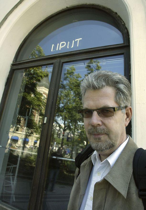 """Runoilija Leevi Lehto kertoo aiemmin olleensa """"dopamiinitapaus, työnarkomaani"""". Hän saattoi työskennellä jopa kaksi vuorokautta putkeen ilman unta. Kuva vuodelta 2004."""