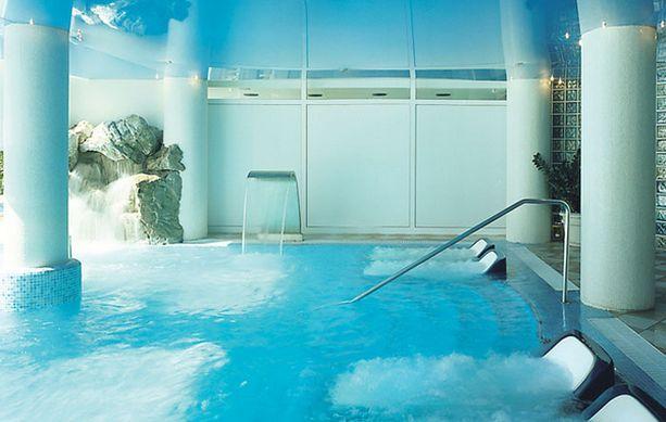 Kylpylän kaikissa altaissa on merivettä.