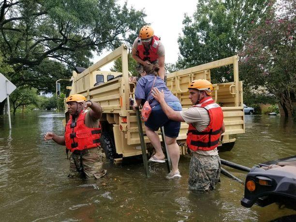 Texasin kansalliskaartin sotilaat auttoivat Houstonin asukkaita tulvien runtelemassa Houstonissa.