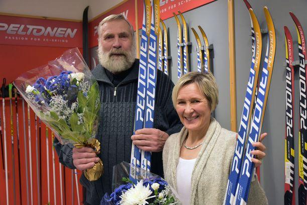 Juha Mieto ja Marjut Rolig saivat tiistaina Heinolassa Peltosen suksitehtaalla itsenäisyyden juhlavuoden kunniaksi ainutlaatuiset Suomi100 -karvapohjasukset.