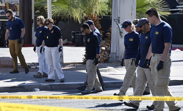 Poliisi haravoi aluetta, johon laukaisia ammuttiin.
