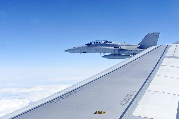 Hornet-hävittäjä saatteli Leijonat kotiin vuonna 2011.