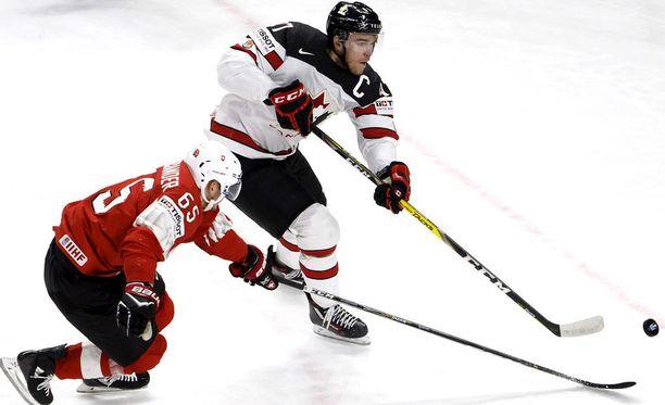 Connor McDavid ei onnistunut viemään Kanadaa MM-kultaan. Kuvassa myös Sveitsin Ramon Untersander.