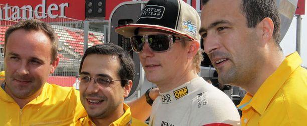 Kimi Räikkönen poseerasi hymy kasvoillaan Lotus-tiimin kanssa Barcelonassa kolmossijan jälkeen.