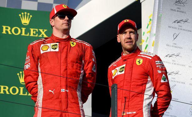 Kimi Räikkönen (vas.) oli viikonloppuna selvästi Sebastian Vetteliä nopeampi Ferrari-kuski.