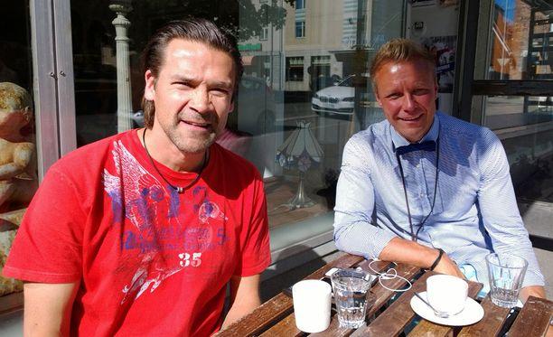 Suomeen ainakin loppuvuodeksi muuttanut ex-NHL-huippu Teppo Numminen vietti kahvilla hellepäivää kaverinsa Tommi Soinin kanssa Tampereen Juhannuskylässä.