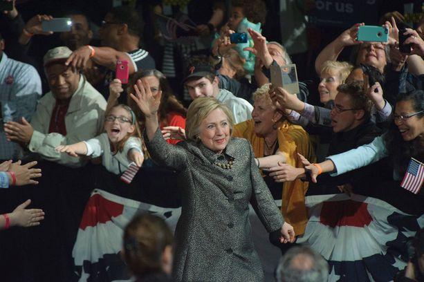 Clinton on keski-ikäisten ja vanhempien naisten suosiossa. Nuoremmat eivät eritysesti pidä hänestä.